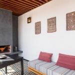 Salon de lecture avec feu ouvert vue panoramique terrasse